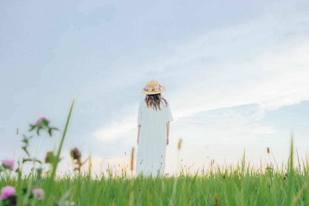 野原に立つ女性