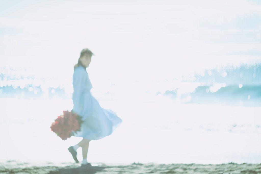 浜辺で振り返る女性