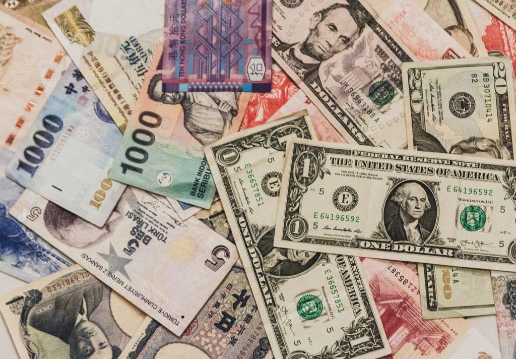 散らばった色々な国の紙幣