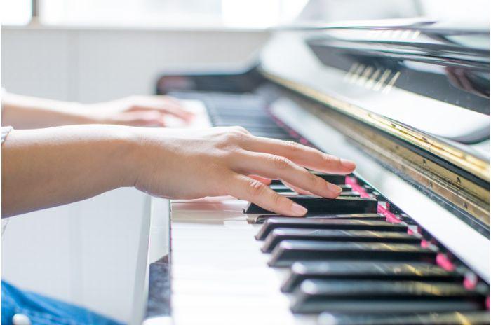 ビアノを弾いている