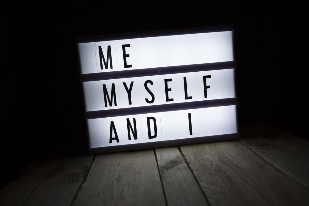「ME MYSELF AND I」の文字
