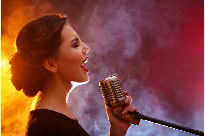 熱唱する女性