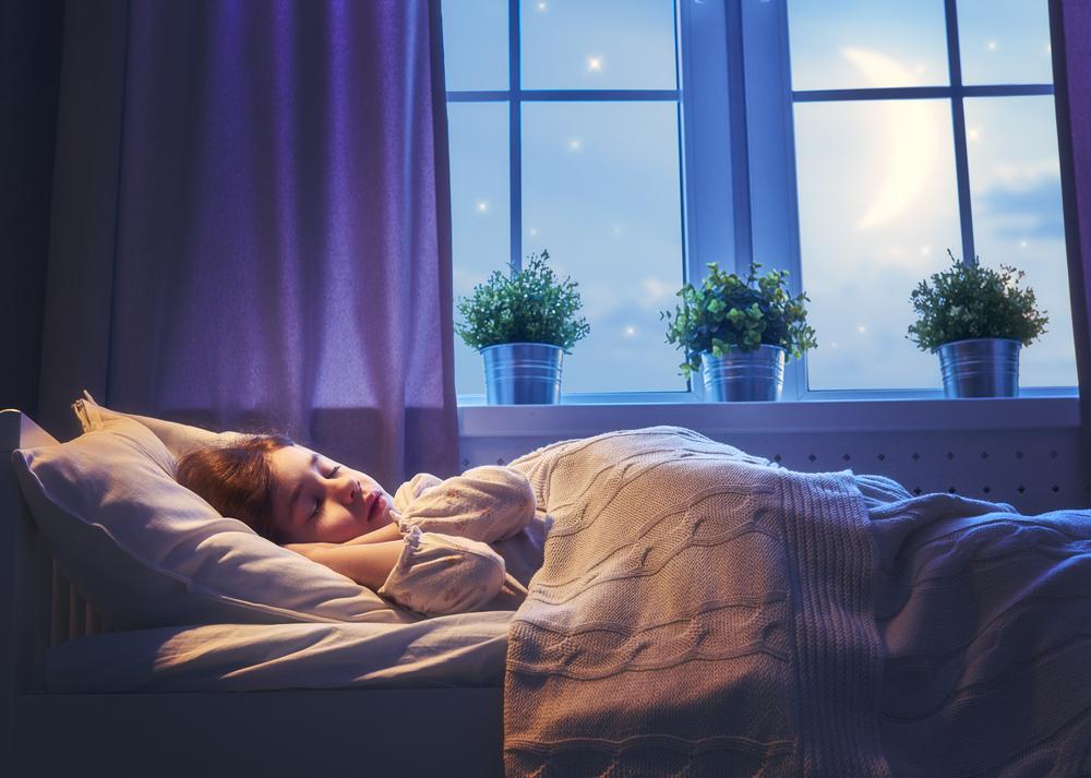 ベットで寝る女性