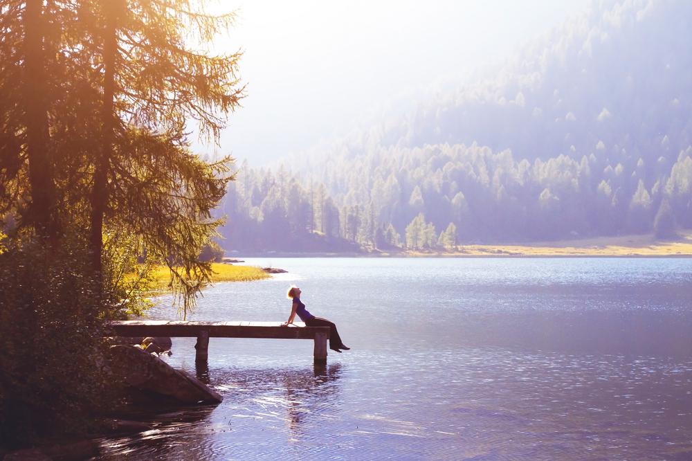 湖畔に佇む人