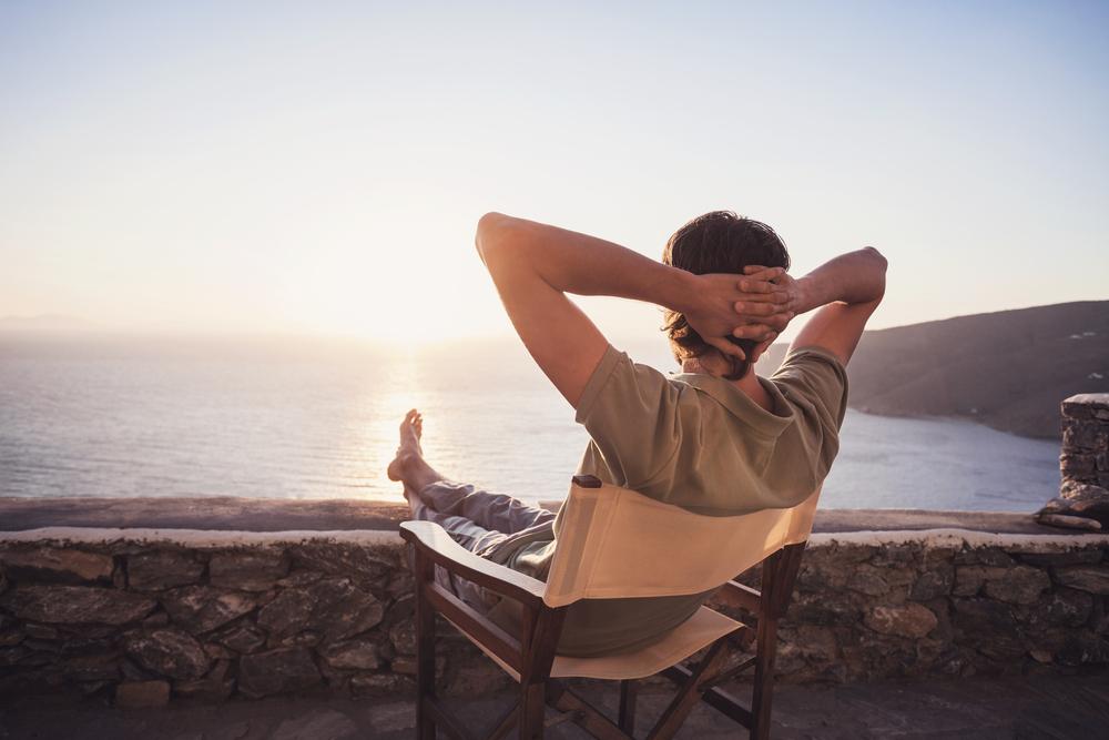 ビーチで椅子に座る人