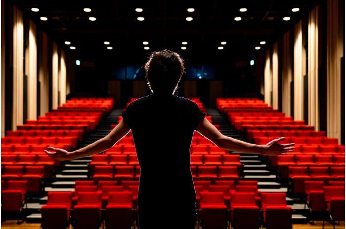 劇場で歌う人