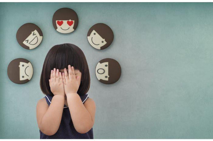 顔を覆う少女
