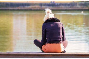 水辺に座り込む人